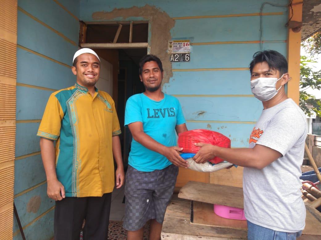 Sulitnya Perekonomian di Tengah Pandemie Corona, Ibu Ati Sugiharti Memberikan Sembako Untuk Warga Yang Membutuhkan